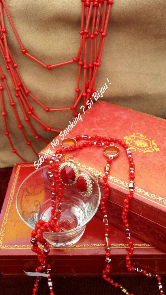 Collane rosse lunghe di perline