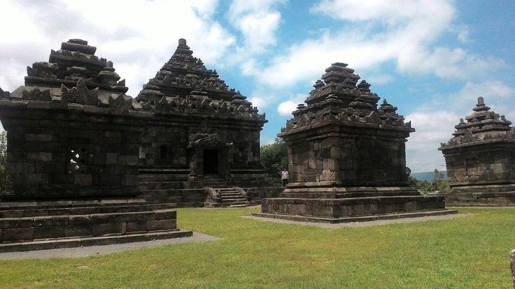 Kompleks Candi Ijo merupakan bagian dari gugus Candi Prambanan. Dulunya, candi ini merupakan tempat peribadatan umat Hindu beraliran Siwa. Dilihat dari profilnya, kemungkinan besar candi ini dibangun pada abad VIII–X M, tepatnya pada masa kerajaan Medang atau Mataram Hindu. Dengan kata lain, candi ini sudah berusia lebih dari 1000 tahun.