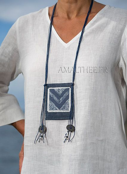 Bijou ethnique en lin et batik de coton teint à l'indigo