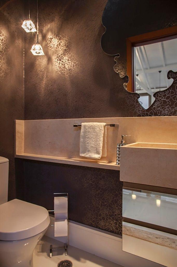 Na iluminação desse lavabo, delicados pendentes de cristal fornecem luz e, ainda, exercem papel decorativo. O projeto é do arquiteto Marcos Biarari e do designer Marcio Rodrigues