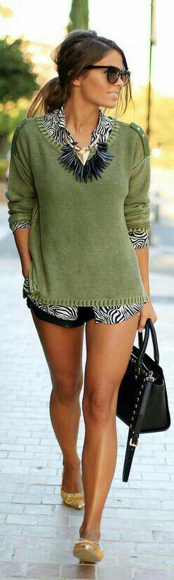 Sweater verde + zebra + shorts. Me encanta! Un look sobrio pero divertido para el fin de semana. lo usaría para ir a comer.