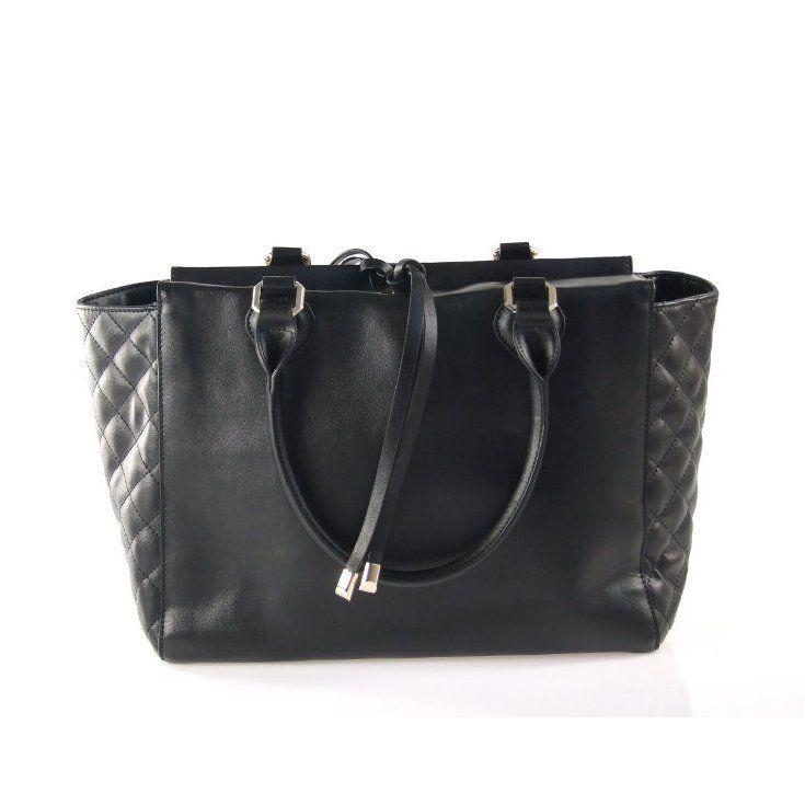 Torebka posiada  uchwyty umożliwiające noszenie torebki na przedramieniu lub w dłoni. Na zewnątrz posiada jedną kieszeń zapinaną na zamek wewnątrz posiada jedną komorę na bocznych ścianach dwie małe otwarte kieszenie oraz kieszeń zapinaną na zamek.