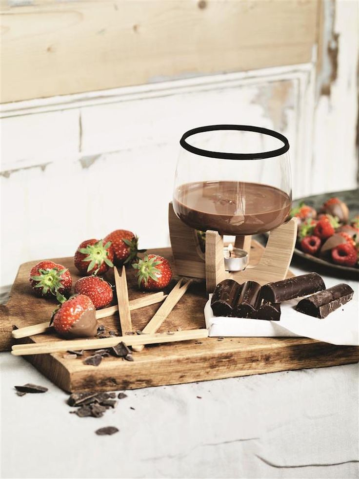 Cocoa Chokoladefonduesæt fra XD-Design. 4 pinde og et fyrfadslys medfølger, så det eneste du mangler for at komme i gang er chokolade og jordbær, skumfiduser eller hvad du ellers har lyst til at nyde med smeltet chokolade - kun fantasien sætter grænser!