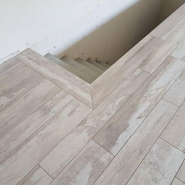 Pic by @impronte_ceramiche COLLEZIONE #REMAKE by #SUPERGRES  Un pavimento in #gresporcellanato che riproduce il legno vissuto e usurato dal tempo dallaspetto caratterizzato dai segni dagli strati di vernice e dalle striature impresse sulla sua superficie... #posainopera #workinprogres  #professionalita #designlovers #interiordesign #design #desighome #gres #tiles #woodlook #effettolegno