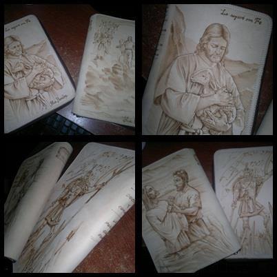 Dos cubiertas de cuero pirograbadas para libros. Personalizadas con el nombre.  Fuente: https://www.facebook.com/pages/Artesanias-en-cuero/474976229198896
