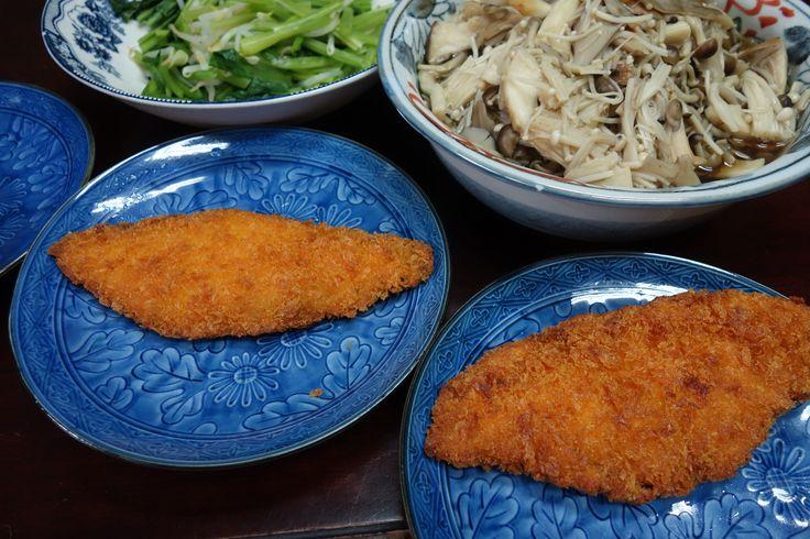 今日の西陣の織屋の賄いは鮭のフライ。ときのこを蒸したの。 連続してしまった鮭ですが、日本人だしええでしょ♡ #lunch #lunchtimeview #マカナイ飯 #まかない #昼ごはん
