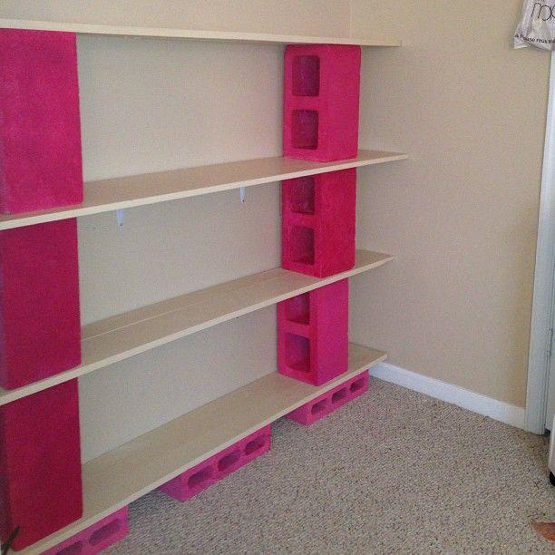 Já pensou em fazer uma estante com chapas de compensado e blocos de concreto pintados de rosa?