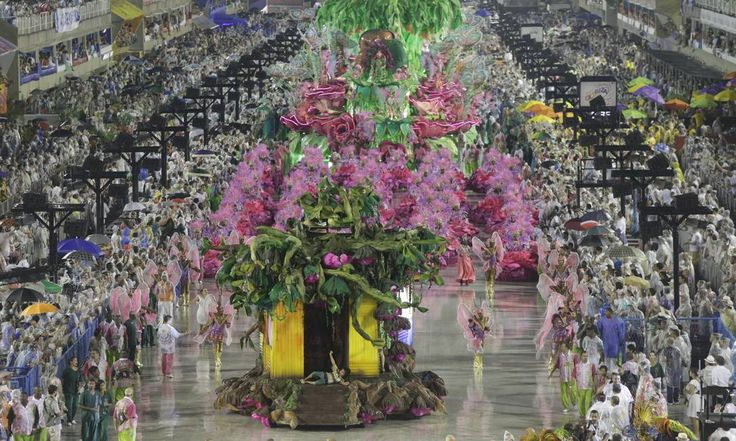 A verde e rosa foi a segunda escola a desfilar na Sapucaí neste domingo de carnaval Foto: Cezar Loureiro / O Globo