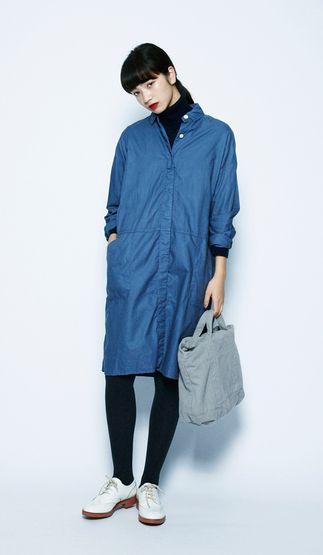 清潔感のあるブルーのシャツワンピに、シックな黒のタートルを下に着ています。ボタンを開け、衿もとのレイヤードを見せつけて。オックスヒヨクオーバーシャツワンピース¥6,300+税 / No413898ウール100BIGタートルネック¥5,600+税 / No412289タイツ(FALKE)¥2,800+税 / No400721セイヒンゾメショルダー¥3,900+税 / No414703メダリオンシューズ¥15,000+税 / No415550