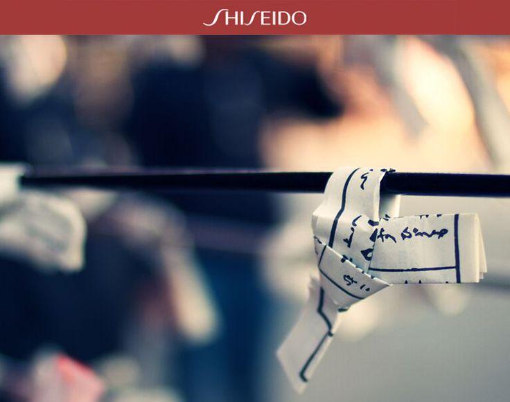 CURIOSITÀ - L'Omikuji è una tradizione tipicamente #Giapponese: si dice che il piccolo biglietto contenga un messaggio proveniente dall'Oracolo! #ShiseidoMomentwww.shiseido.it