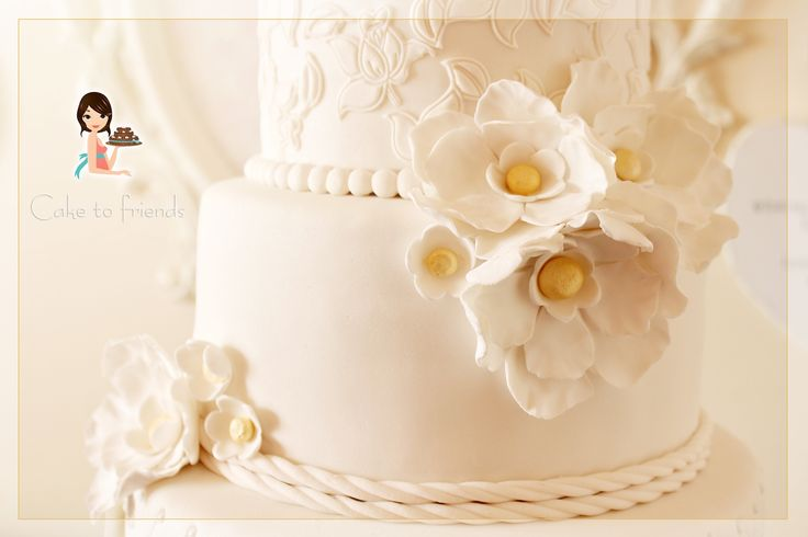 withe and gold wedding cake