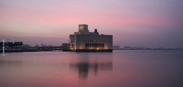Museu de Arte Islâmica - Doha, Qatar. Cada cidade que visitamos tem, no mínimo, uma atração de visita obrigatória. Em Doha, a principal delas, entre muitas outras, é o Museu de Arte Islâmica. O edifício projetado pelo arquiteto Ieoh Ming Pei, por si só, já é considerado uma obra de arte.