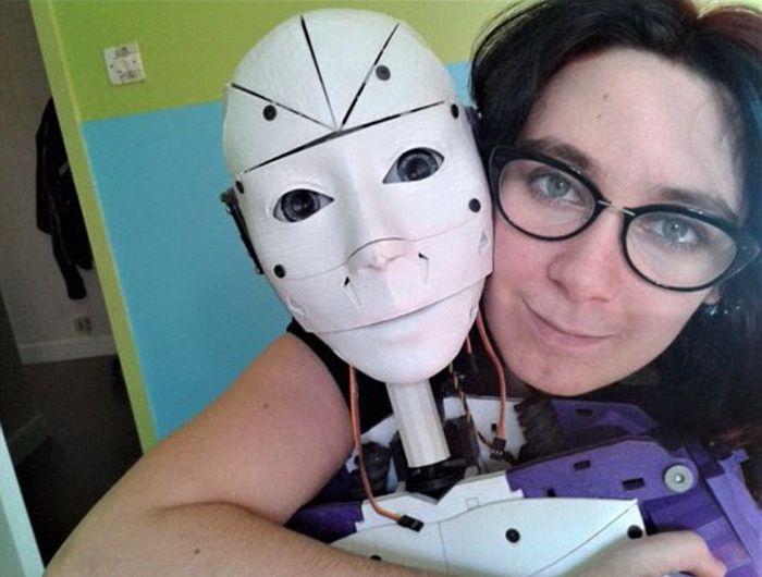 Идеальный парень, распечатанный на 3D-принтере http://kleinburd.ru/news/idealnyj-paren-raspechatannyj-na-3d-printere/  У француженки Лилли долго не складывалась личная жизнь: дважды она тщетно пыталась построить отношения с парнями, а потом… взяла и распечатала для себя на 3D-принтере робота, который оказался душкой и идеальным партнером. История хай-тек любви взбудоражила Интернет: неужто приближается тот час, когда отношения с реальными людьми заменят машины? Мечты фантастов о развитии…
