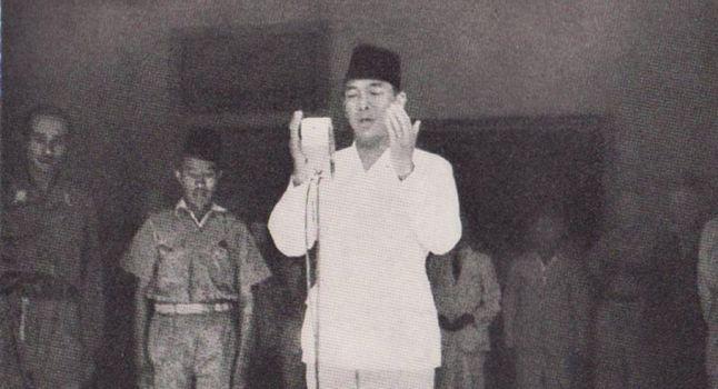 Batavia/Djakarta, 17 augustus 1945, 's morgens tien uur. In de tuin van zijn huis spreekt Soekarno de Proklamasi uit, de onafhankelijkheidsverklaring van de Republik Indonesia. Er komt een eind aan het koloniale rijk van Insulinde. Aan een bamboestok wappert de rood-witte Indonesische vlag.Vrijheidsstrijd of verraad? De Proklamasi van Soekarno als splijtzwam in Indië