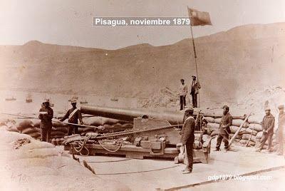 Pisagua, primer territorio peruano ocupado por el Ejército en 1879. La bandera de Chile en el Fuerte Sur, artillado con un cañón sistema Parrot, del calibre de 100 libras. El personal que se ve son chilenos, un oficial, soldados y marineros   Tomado del blog de Jonatan Saona http://gdp1879.blogspot.com/2012/11/fotos-de-pisagua.html#ixzz4jeVivB9M