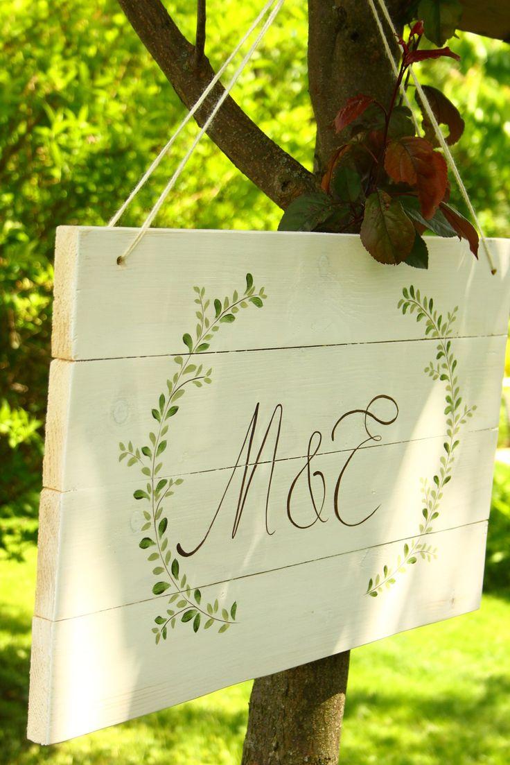 Esküvői tábla készült egyszerű levélkoszorúval, az ifjú pár monogramjával - wedding - table - haind-painted