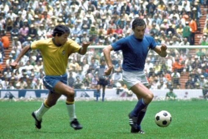 Gigi Riva, in azione contro Clodoaldo nella finale di Mexico 70 (Brasile-Italia 4-1)