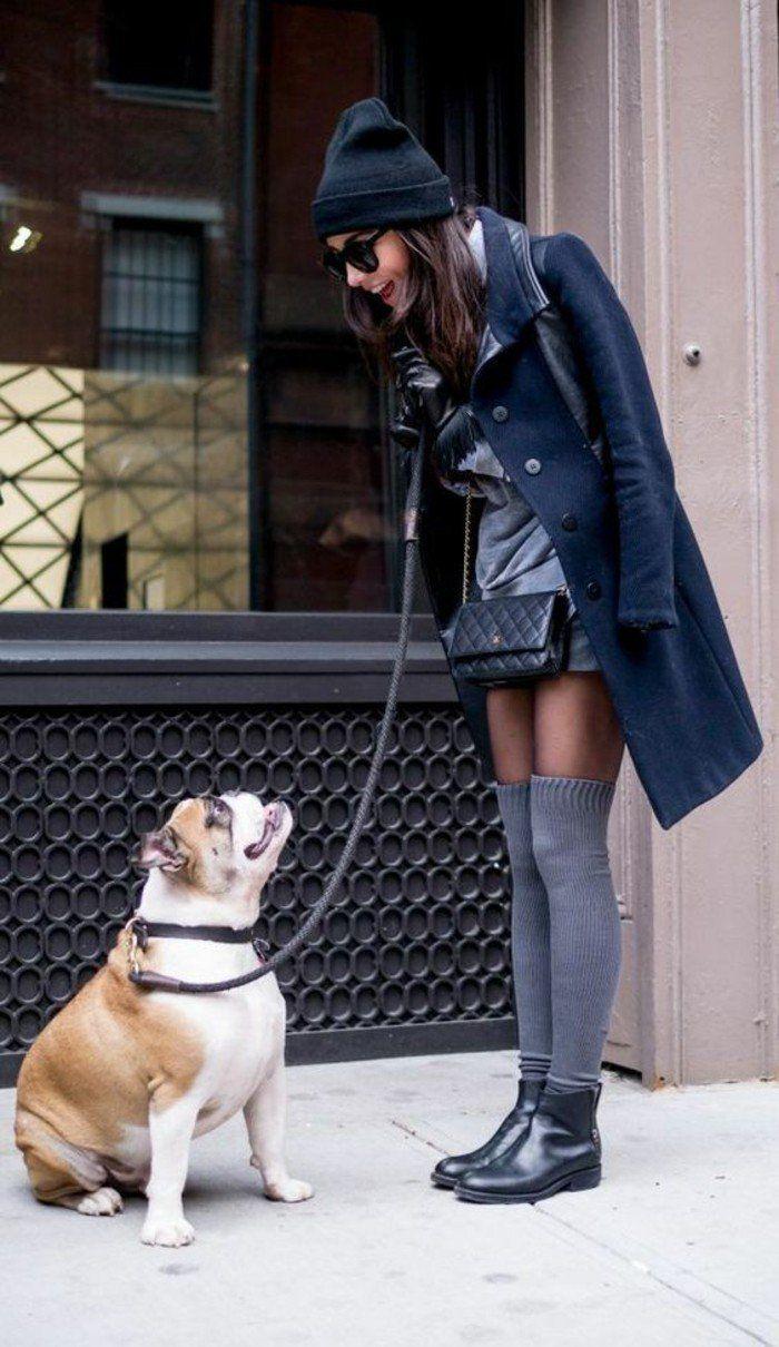 tenue parfaite pour un hiver stylé, chaussettes montantes grises associées à une jupe courte et manteau noir