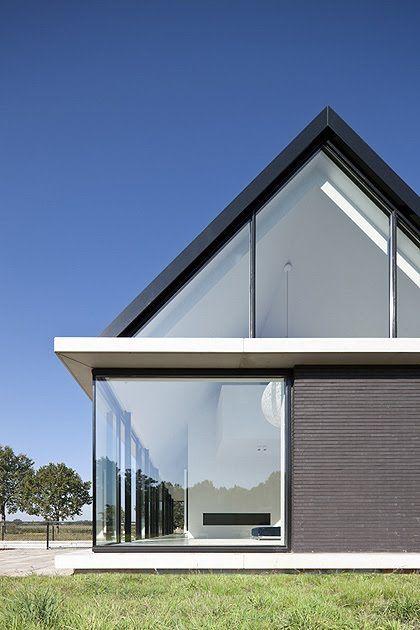 Excelente ejemplo de techo dos aguas y paredea de ventanales de vidrio. Emular.