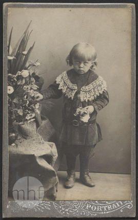 Dziecko z kwiatami; autor nieznany; Europa; 1900-1914; utwór w domenie publicznej.