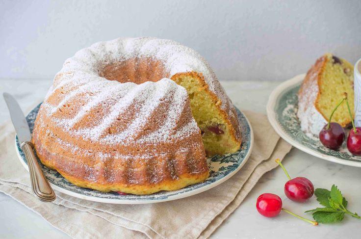 La torta alla ricotta è un dolce ideale per la prima colazione: una preparazione a base di ricotta fresca, vaniglia e ciliegie.