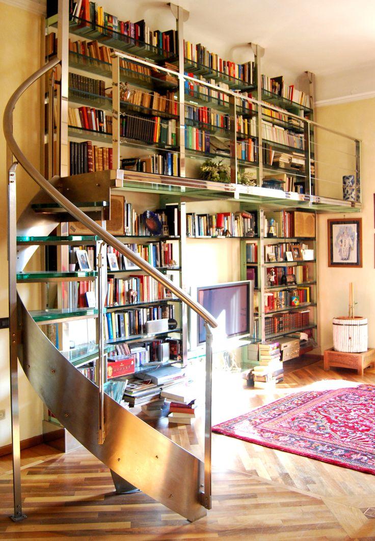 Libreria con scala in plexiglass