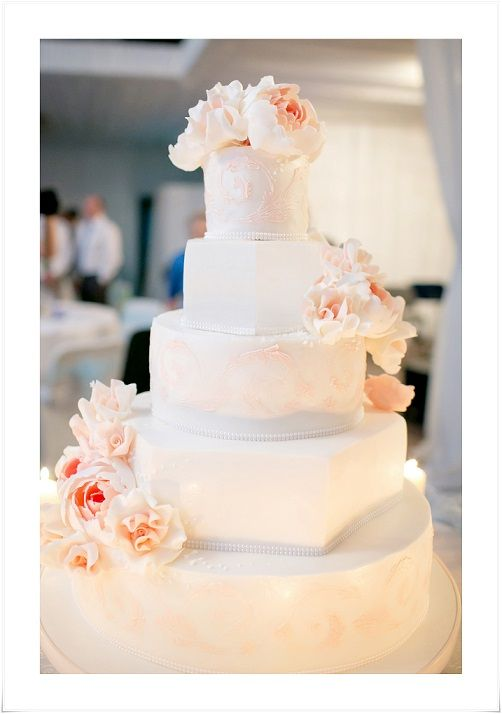 Perfect wedding cake with lace and big flowers!