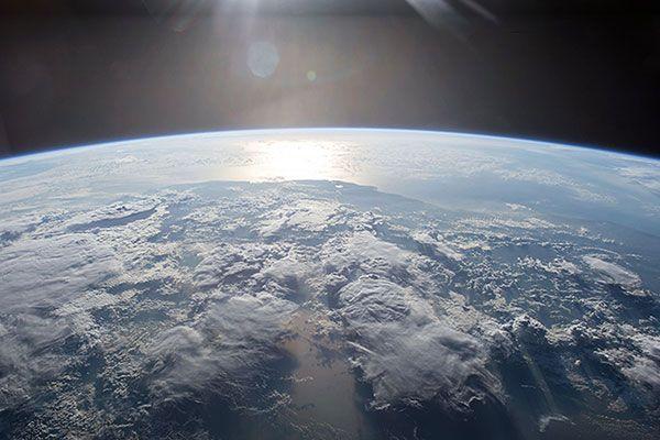Polusi cahaya membuat sekarang semakin sulit bagi manusia untuk dapat menikmati keindahan langit yang bertabur bintang, bulan, bahkan gugusan galaksi.