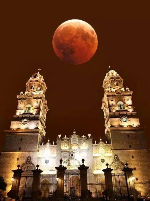 Así se vio la Luna Roja sobre la Catedral de Morelia, Michoacán