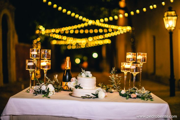 You don't need to choose a ton of different #flowers to create a beautiful table. #lessismore Click by: Pedro Bento Photography #weloveweddings #planningweddings #weddings #algarveweddingplanners #awp #paulaandkarina #whiteimpact #weddingvenues #dreamwedding