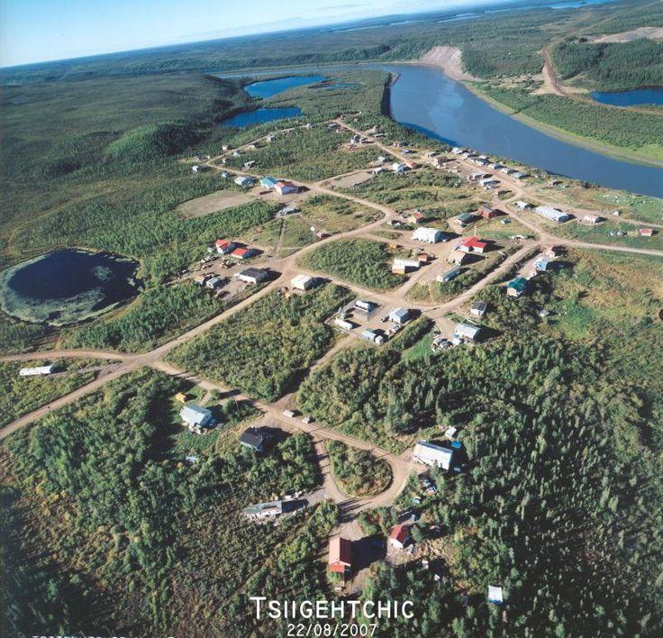 """Tsiigehtchic, que significa """"Boca do Rio de Ferro"""", é uma comunidade gwich'in, localizada na confluência do Rio do Ártico Vermelho com o Rio Mackenzie, na região de Inuvik nos Territórios do Noroeste, Canadá."""