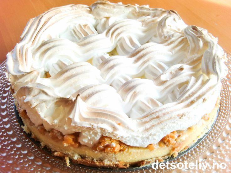 """Oh seduce me... """"Multer i himmelseng"""" er en himmelsk forførende og FANTASTISK deilig kake med sukkerbrød, multer, crème fraîche og marengs. En av Norges aller herligste kakeklassikere!!!"""