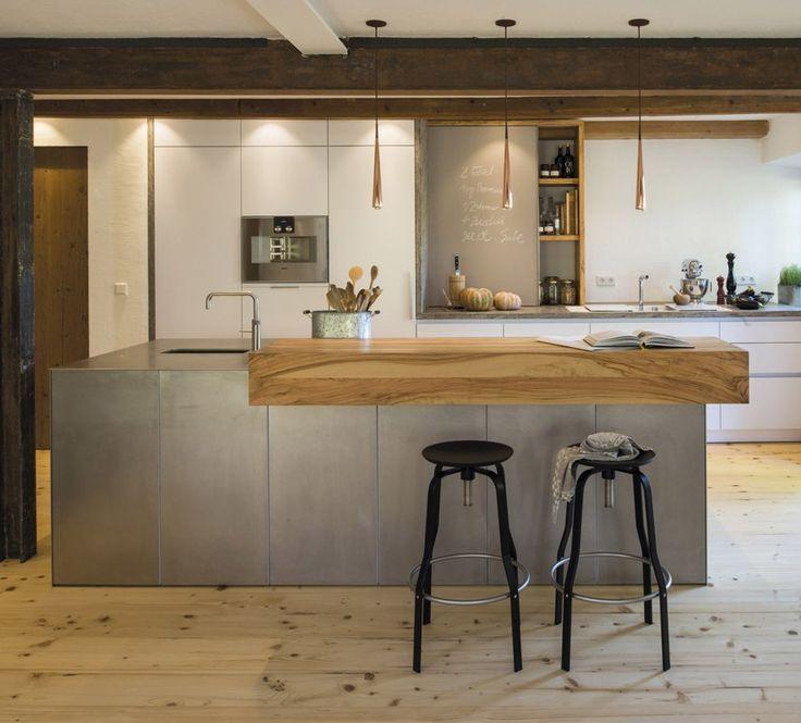 Im Nenbeneinander von jungem Küchendesign und rustikalem Ambiente liegt der bes