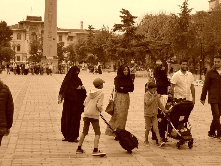 Turkey - Istanbul - Women next to Hippodrome of Costantinople (photo by Carla Iaconetti)
