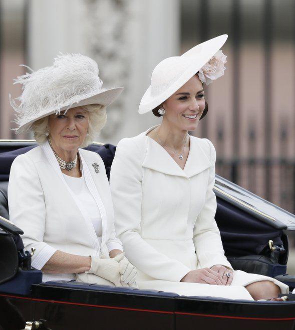 """Una rosa tra i capelli e un abito candido, così la duchessa Kate è arrivata a Buckingham Palace per la """"Trooping the Color"""", l'annuale parata che celebra il compleanno della Regina Elisabetta. Seduta a fianco della duchessa Camilla, e accompagnata dal principe Harry, Kate ha catturato l'attenzione d…"""