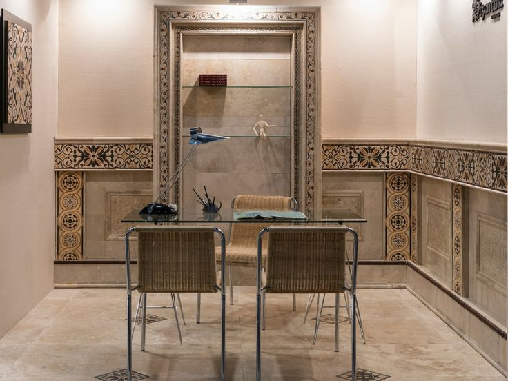 espacio de escritorio resuelto con marmol travertino piso guardas y biblioteca
