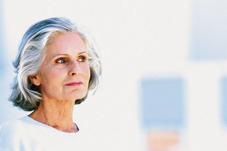 Hormone lindern Beschwerden in den Wechseljahren - erhöhen aber das Risiko für Krebs oder Herzinfarkt. Das verunsichert Frauen wie Ärzte. Zehn Jahre nach den ersten negativen Schlagzeilen kommt jetzt das Fazit von US-Forschern: Vorsicht ist weiterhin angesagt.