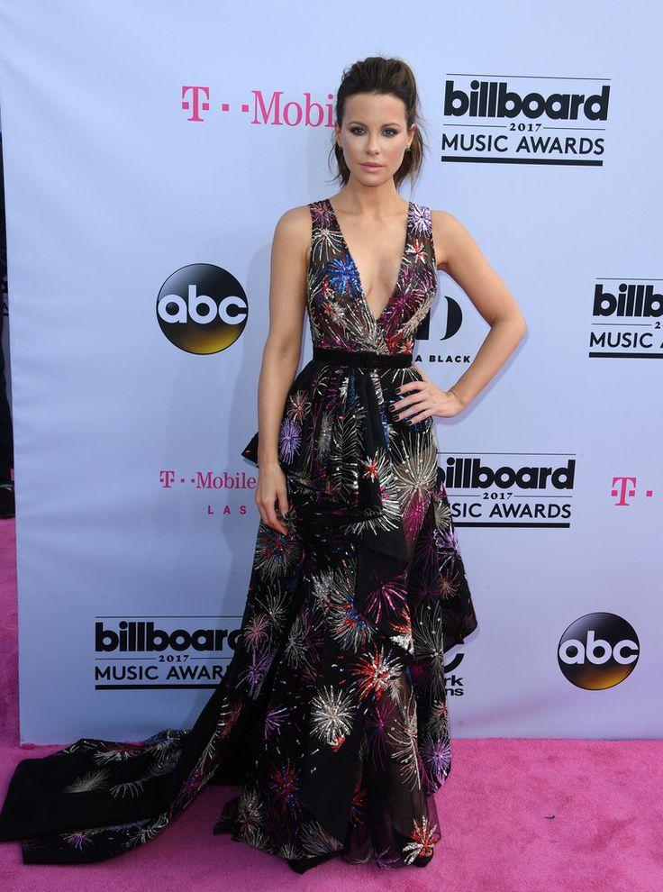 De los Billboard Music Awards: Kate Beckinsale. Con un vestido negro con bordados de lentejuelas en diversos colores de Zuhair Murad Alta Costura primavera 2017.