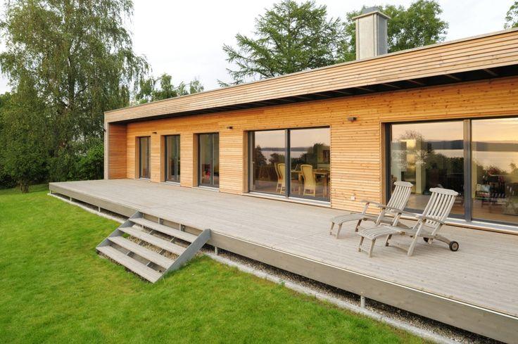flach bungalow mit holz terrasse chakvi pinterest modern und bungalows. Black Bedroom Furniture Sets. Home Design Ideas