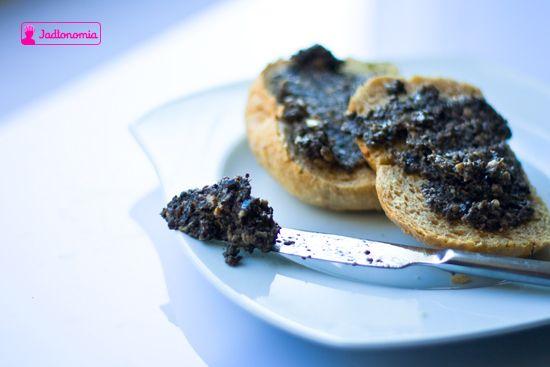 jadłonomia • przepisy wegetariańskie: Co do chleba? Pasta z oliwek.