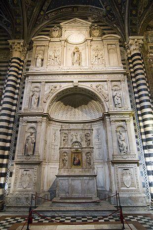 Siena - Duomo - Altare Piccolomini (1481-1485 -  Andrea Bregno) - Michelangelo scolpì con aiuti, tra il 1501 e il 1504, quattro statue.