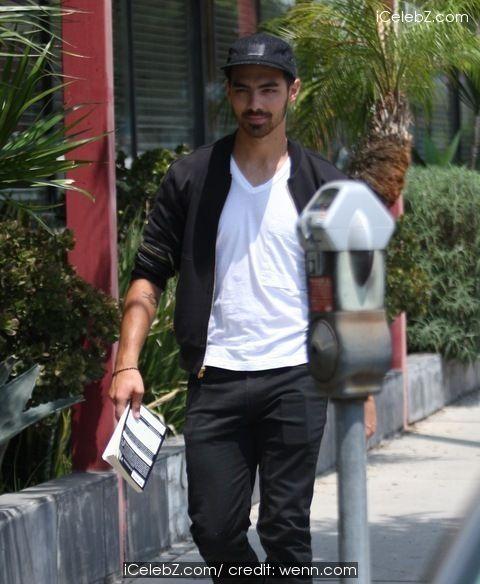 Joe Jonas Goes shopping on Melrose Ave in Hollywood http://icelebz.com/events/joe_jonas_goes_shopping_on_melrose_ave_in_hollywood/photo1.html