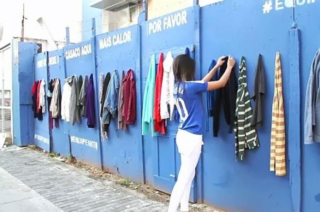 Parete per appendere gli abiti in disuso da donare ai senzatetto (via Boredpanda)
