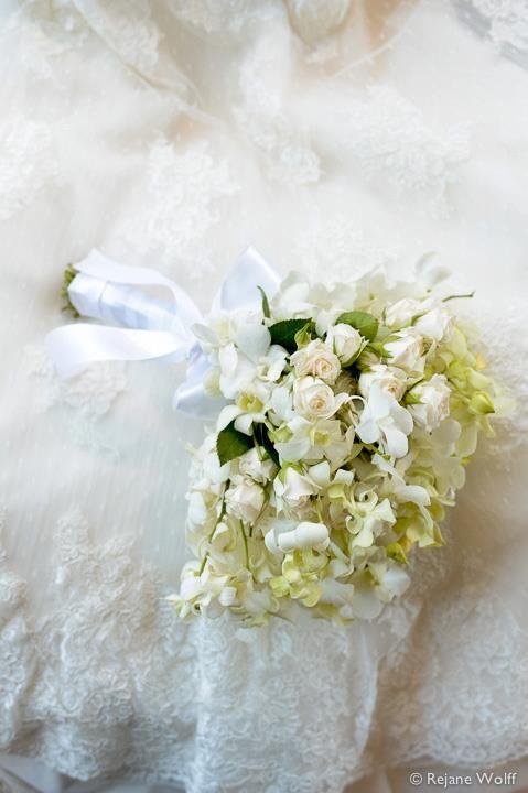 Amei esse bouquet branco. Muito clássico e delicado. Tem mini rosinhas e orquídeas.