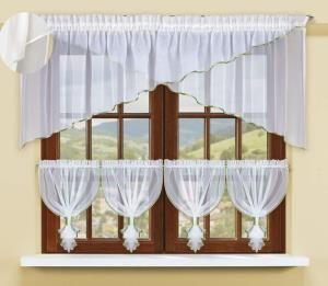 Jeśli jedna firanka w oknie to dla Ciebie za mało, zdecydujesz się z pewnością na ten komplet firanka z woalu.  Te oryginalna kompozycje stanowią dwa krótkie skośnie ścięte szale, tworzące coś w rodzaju lambrekinu i aż cztery delikatne zazdrostki na dolną część okna. Dekoracyjna błyszcząca lamówka zaakcentuje ponadto kontury tych gotowych eleganckich drapowań.  Wysokość x Długość: Firanka 70x300, #zazdroski 4 x wys. 50 cm kasandra.com.pl