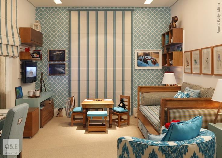 Quem disse que quarto de menina não pode ser em azul? Esse tom azulado lindo e todo o ambiente tão acolhedor, é um convite para brincar e sonhar muito mais além. | Mostra Quartos 2013 - Marina Linhares.