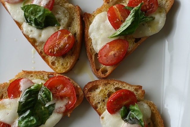 Crustini drizzled with olive oil & rubbed with fresh garlic clove. Top with fresh mozz, basil & roma tomato.