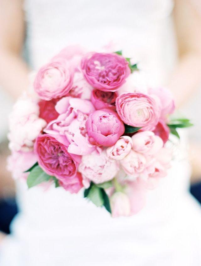 IJzig wit en roze #bruidsboeket #pieonroos #tulpen #trouwen #bruiloft #inspiratie #wedding #bouquet #inspiration Tulpen in je bruidsboeket | ThePerfectWedding.nl | Fotocredit: Momoko Photography