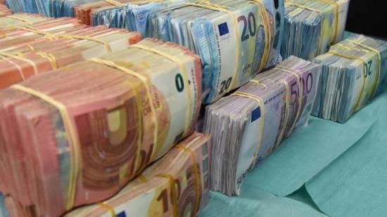 Politie vindt miljoenen euro's in verborgen ruimte van een auto