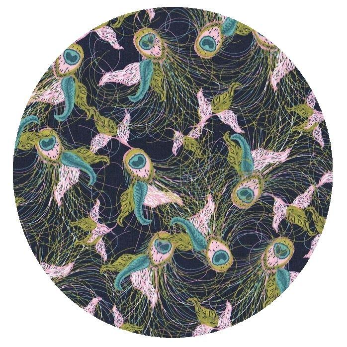 Stof med påfuglefjer print fra Art Galleri Fabrics - køb hos STOFogSTUFF.dk